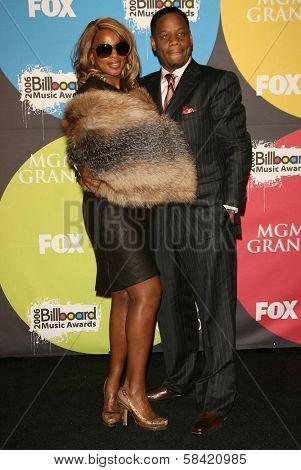 LAS VEGAS - DECEMBER 04: Mary J Blige and husband Kendu in the press room at the 2006 Billboard Music Awards, MGM Grand Hotel December 04, 2006 in Las Vegas, NV