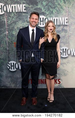 LOS ANGELES - MAY 19:  Thomas Sadoski, Amanda Seyfried at the