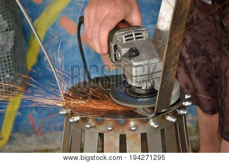 Dangerous sparks during grinding with an angle grinder