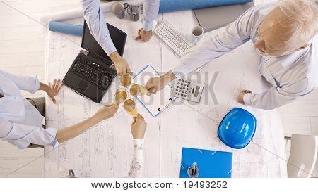 Businessteam feiern im Büro mit Champagner, Toasten, Bild aus der Vogelperspektive.?