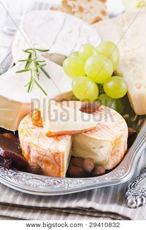 olika typer av ost på bricka