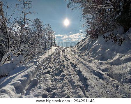 Paisaje De Invierno Con Montaña Y Sol En Pueblo De Parva Transilvania Rumanía