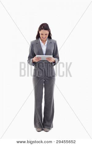 geschäftsfrau lächelnd gerade einen Touch pad against white background