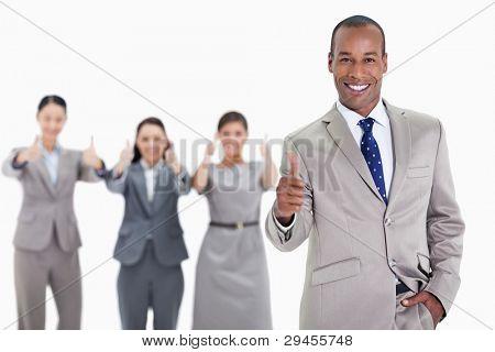 glücklich kaufmann mit einer Hand in der Tasche und Genehmigung mit co-Arbeitnehmer im Hintergrund mit do