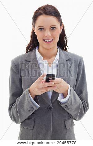 close up of a Businesswoman lächelnd und halten ihr Handy vor weißem Hintergrund