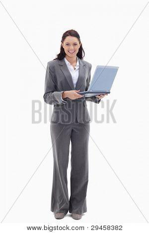 geschäftsfrau sucht einen Laptop against white Background zufrieden