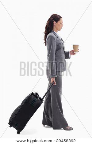 Profil anzeigen: eine geschäftsfrau mit einem Koffer und halten einen Kaffee against white background