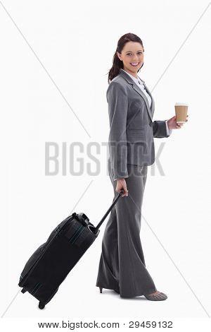 Profil anzeigen: geschäftsfrau lächelnd mit einem Koffer und einen Kaffee vor weißem hintergrund holding