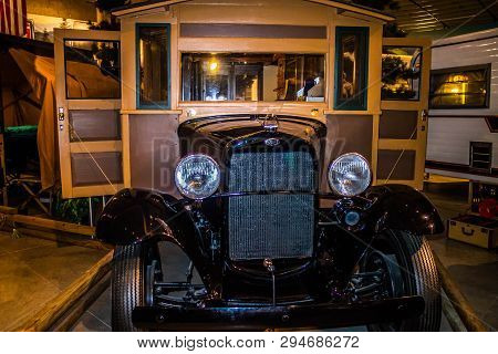 Elkhart, In, Usa - July 1, 2018: An 1913 Earl Travel Trailer Preserve Inside Rv/mh Hall Of Fame Muse