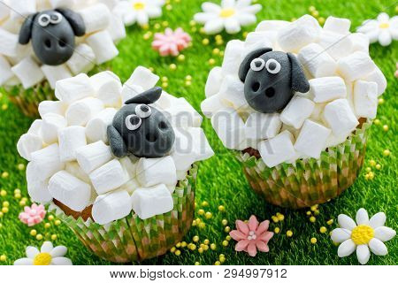 Easter Sheep Cupcakes , Funny Cakes Shaped Cute Sheeps With Marshmallow , Creative Idea Easter Party