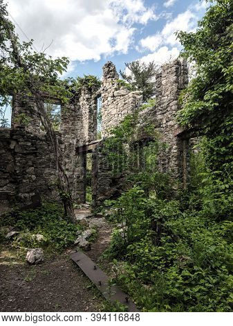 Oakland, New Jersey/usa - May 27 2019: Van Slyke Castle Ruins Hidden In The Forest At Ramapo Reserva