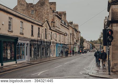Bath, Uk - October 04, 2020: People Walk Past The Shops On Pulteney Bridge In Bath, The Largest City