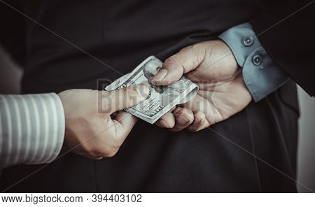 Businessmen give dollars to bribe employees in signing contracts to buy illegal land and real estate