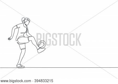 One Continuous Line Drawing Of Young Sporty Woman Soccer Freestyler Player Practice Ball Juggling In