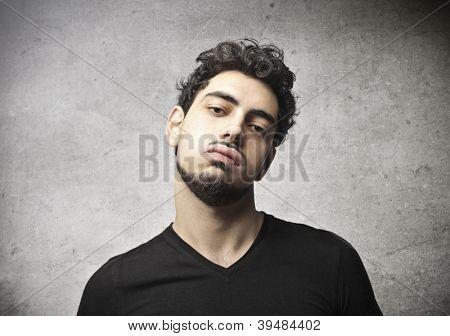 Hombre joven con una cara arrogante