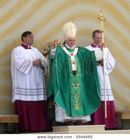 Bento XVi celebrar uma missa