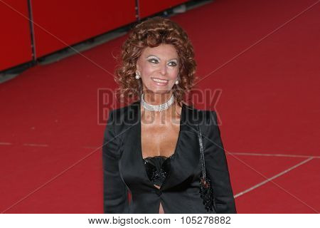 ROME - OCTOBER 19: Actress Sophia Loren attends the premiere of the movie 'Matrimonio All'Italiana' during day 2 of the 2nd Rome Film Festival on October 19, 2007 in Rome, Italy.
