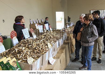 Moncalvo, Italy - October 18,2015: Tourists In Front Of A Mushrooms Vendor At The Truffle Fair Of Mo