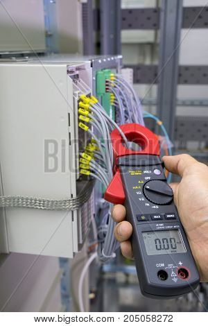 Electrical current measurement with current clamp probe.