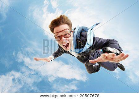 Imagem conceitual de jovem empresário voando com pára-quedas na traseira