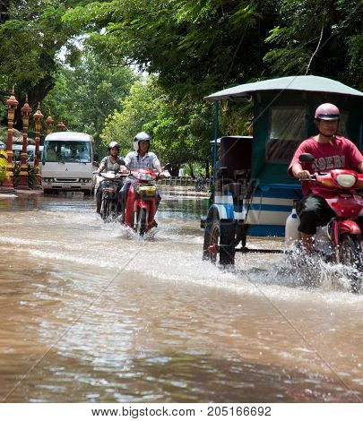 Traffic Continues During Flood In Phnom Pehh