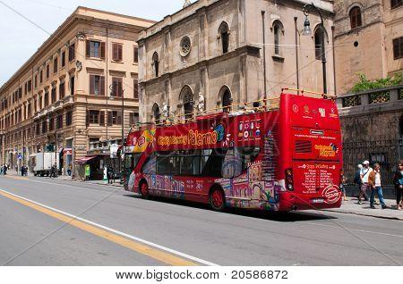 Touristenbus auf Straße von Palermo