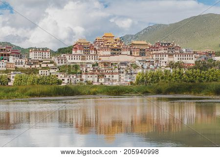 Ganden Sumtsenling Monastery The little Potala Palace in Shangrila .The largest Tibetan Buddhist monastery in Yunnan province is the most important monastery in southwest China.