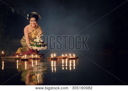 Loy Krathong Traditional Festival, Thai Woman Hold Kratong, Thailand, Asia Woman In Thai Dress Tradi