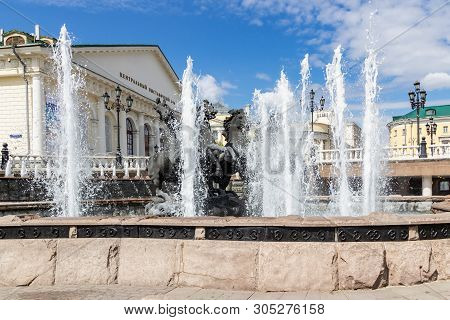 Moscow, Russia - June 02, 2019: Fountain Geyser On A Background Of Building Of Central Exhibition Ha