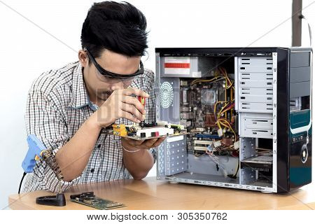 Asian Man Computer Technician Screwdriver Computer Motherboard Repair Safety Equipment Is Glasses.se