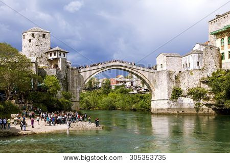 Mostar, Bosnia And Herzegovina - May 02, 2019: Photo Of Vieux Pont Sur La Rivière Neretva.