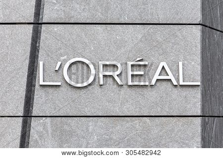 New York, Usa - 17 May, 2019: Logo Of The Loreal French Personal Care Company On A Building In New Y