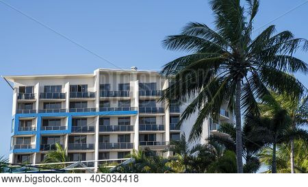 Mackay, Queensland, Australia - January 2021: Mantra Hotel On The Waterfront At Mackay Marina With P