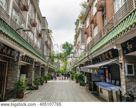 Guangzhou/china-26 Aug 2019:unacquainted People Walking In Hualin Jade Street Market In Guangzhou Ci