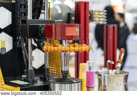 Cutting Tool And Holder Assembly And Setting On Rotate Table For Prepare Shrink Fit Process By High