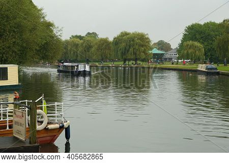 Stratford Upon Avon, Great Britain - September 15, 2014: A Pleasure Boat Will Cruise Along The Avon