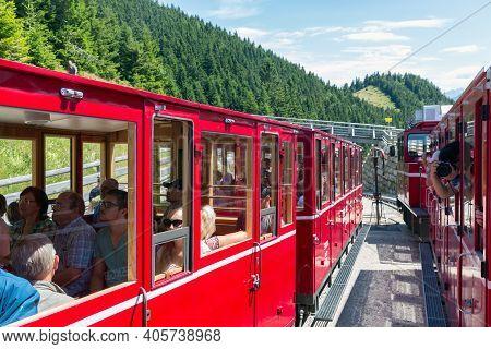 Sankt Wolfgang, Austria - Juli 19, 2017: Two Cogwheel Trains Passing Each Other Near Top Schafberg O