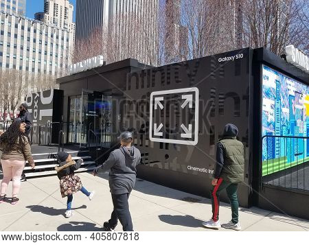 Chicago, Il April 13, 2019, Samsung Experience Tour Pop Up Building In Millennium Park Promoting The