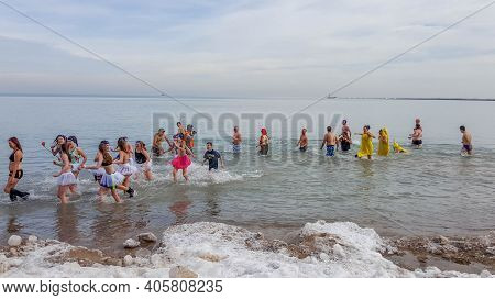 Chicago, Il January 30, 2016, People Running Into And Out Of The Frigid Freezing Cold Water Of Lake