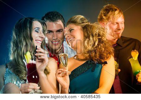Jugendliche im Club oder bar Cocktails trinken und Spaß haben