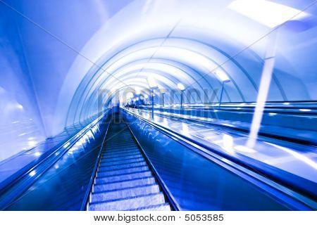 Verschieben Sie Rolltreppe in modernen Bürozentrum