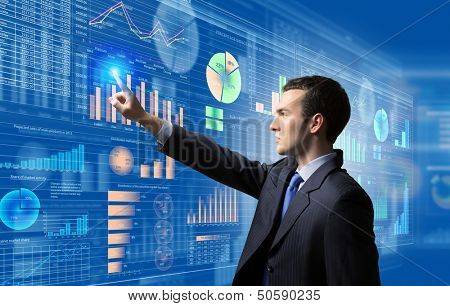 Bild der Geschäftsmann, die Ikone der Medien Bildschirm schieben. Marketingkonzept