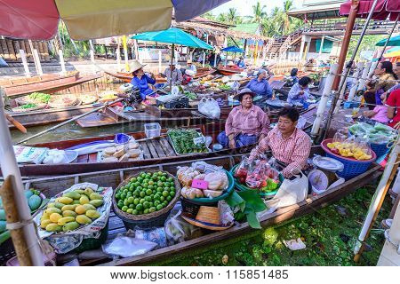 Samut Songkhram, Thailand - 2015 December 27: Unidentified Tourists And Merchants On Vintage Boats A
