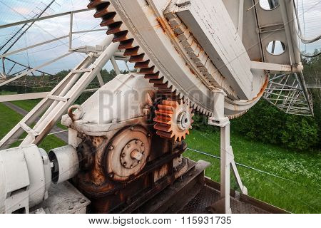 The rotating mechanism of the russian radiotelescope to study pulsars. Focus on the gear mechanism