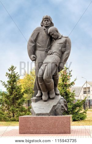 Sculptural composition tankman and infantryman. Prokhorovka. Russia
