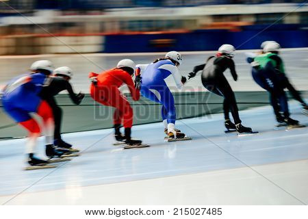 women skaters in mass start speed skating competition