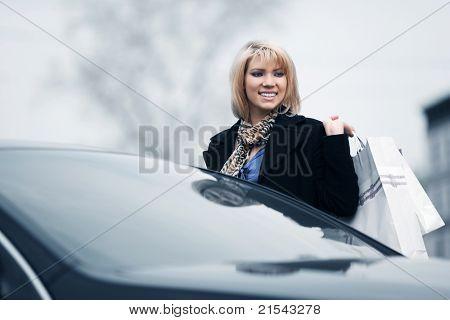 자동차 주차에 젊은 구매자