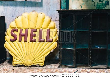 Chachoengsaothailand - October 7 2017 : Old Vintage Shell Oil Sign At Klong Suan 100 Years Old Marke