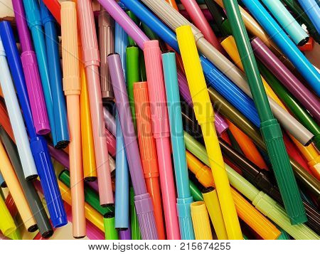 heap pens to draw or color in various colors, background