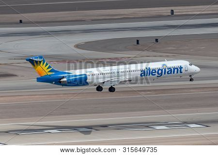 Las Vegas, Nevada, Usa - May 5, 2013: Allegiant Air Mcdonnell Douglas Md-83 About To Touch Down On R